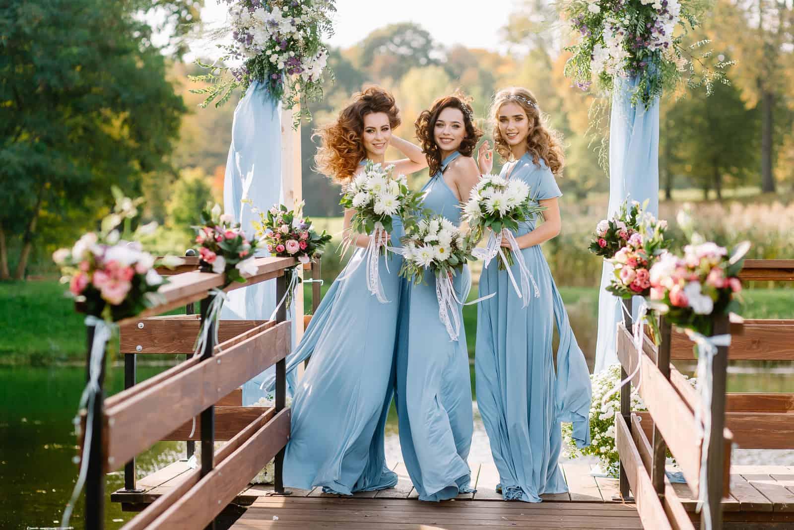 Hochzeit drei Brautjungfern posiert am Altar