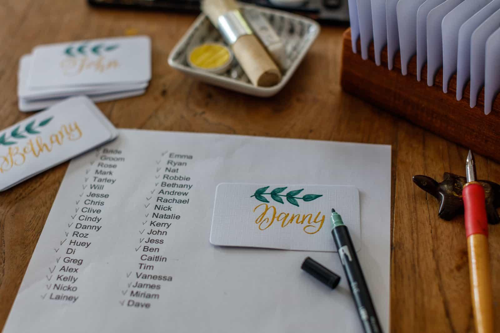 Hochzeitskalligraphie - Gästeliste und handgeschriebene Tischkarten mit Namen