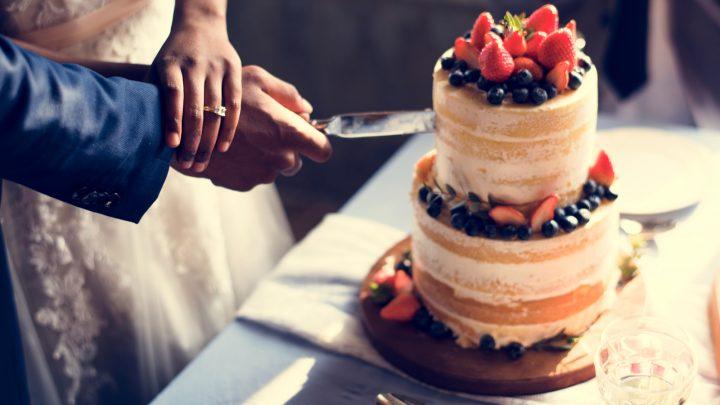 Das Brautpaar schnitt die Hochzeitstorte
