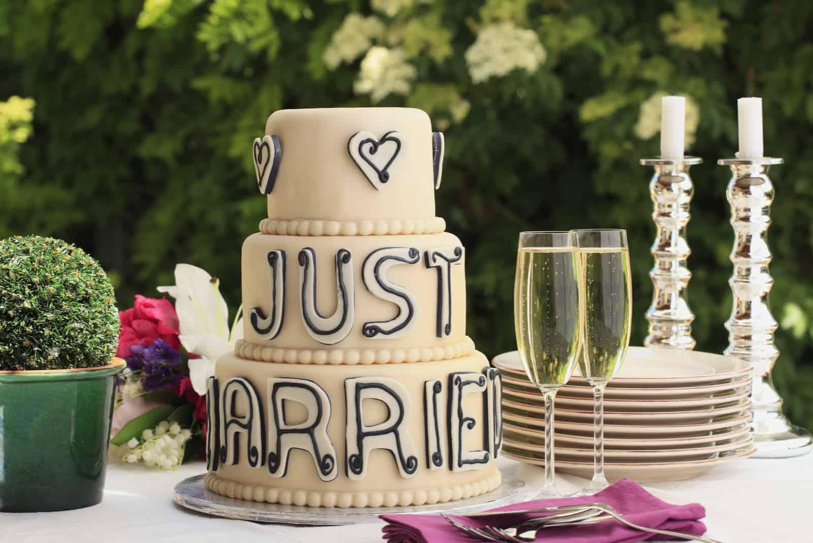 Hochzeitstorte mit der Aufschrift nur Hochzeit und Champagner