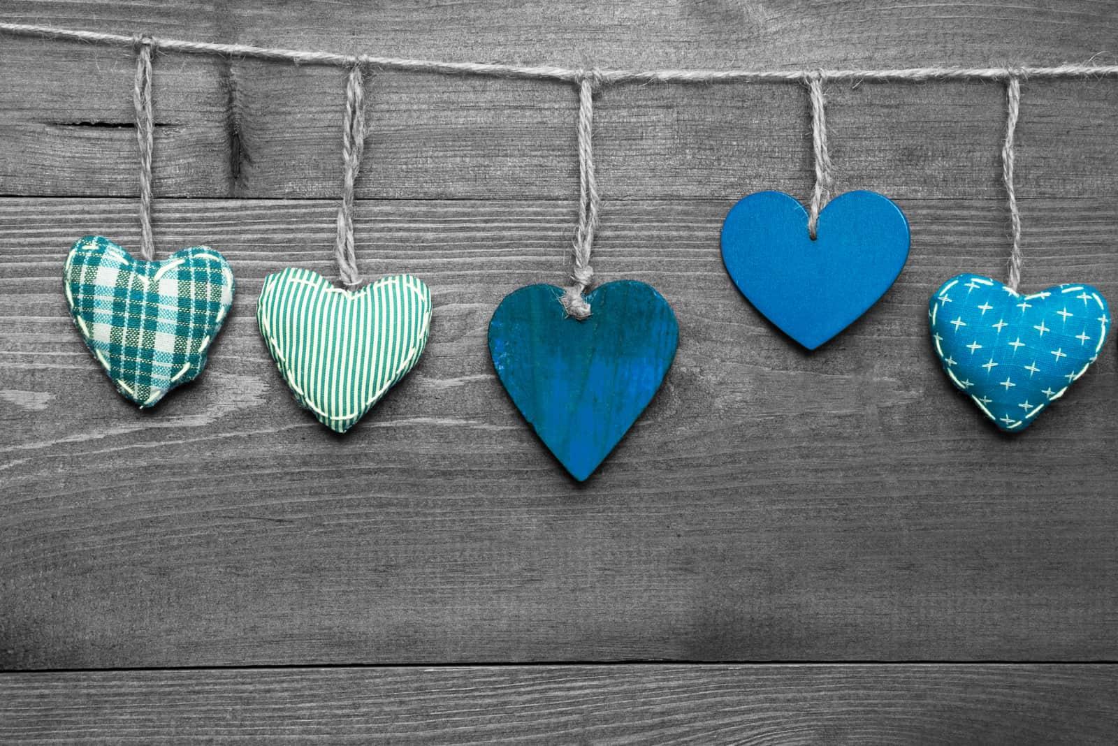 Liebevolle Grußkarte mit türkisfarbenen Herzen