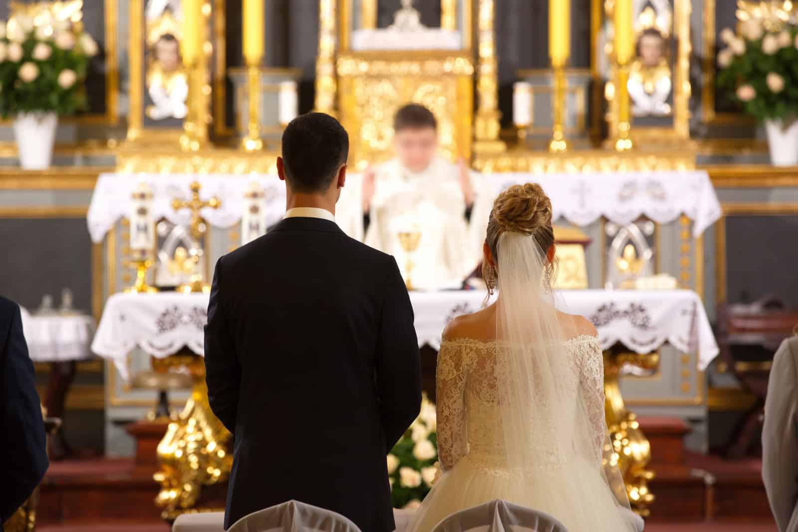Priester feiern Hochzeitsmesse in der Kirche