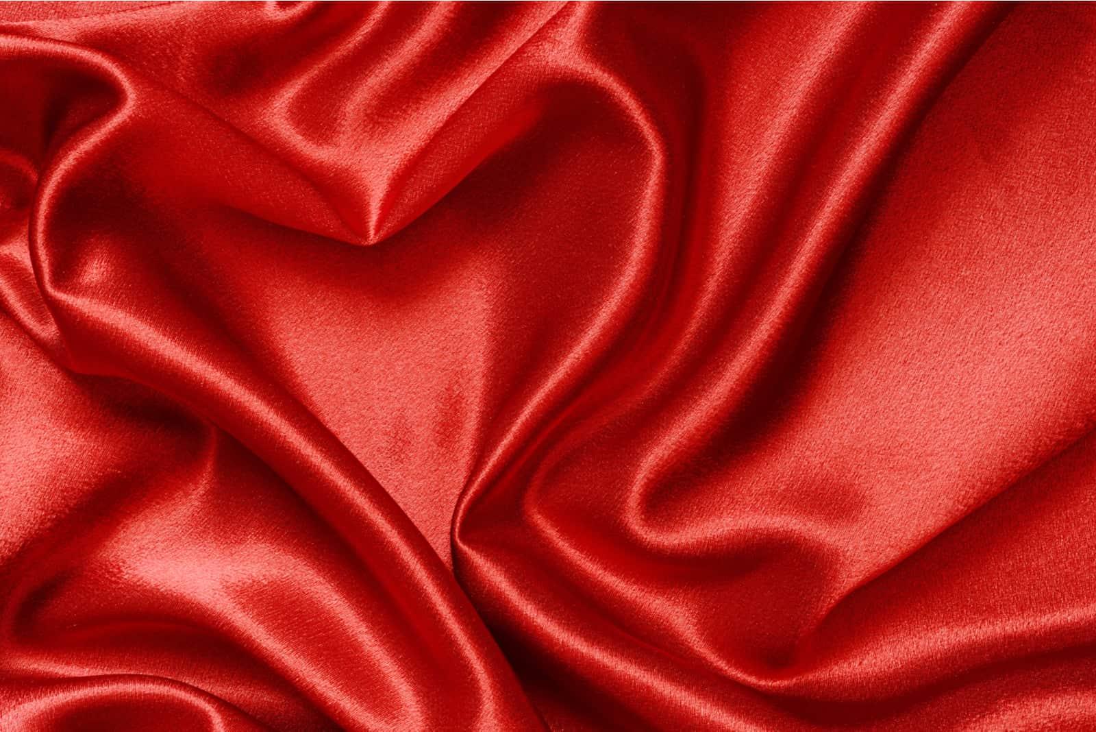 Roter Satin in Form eines Herzens