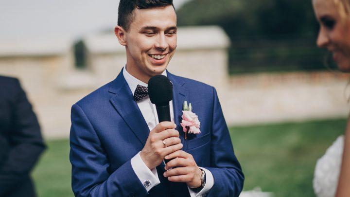 Stilvoller Bräutigam, der seiner schönen Braut während der Ehe Gelübde ausspricht.
