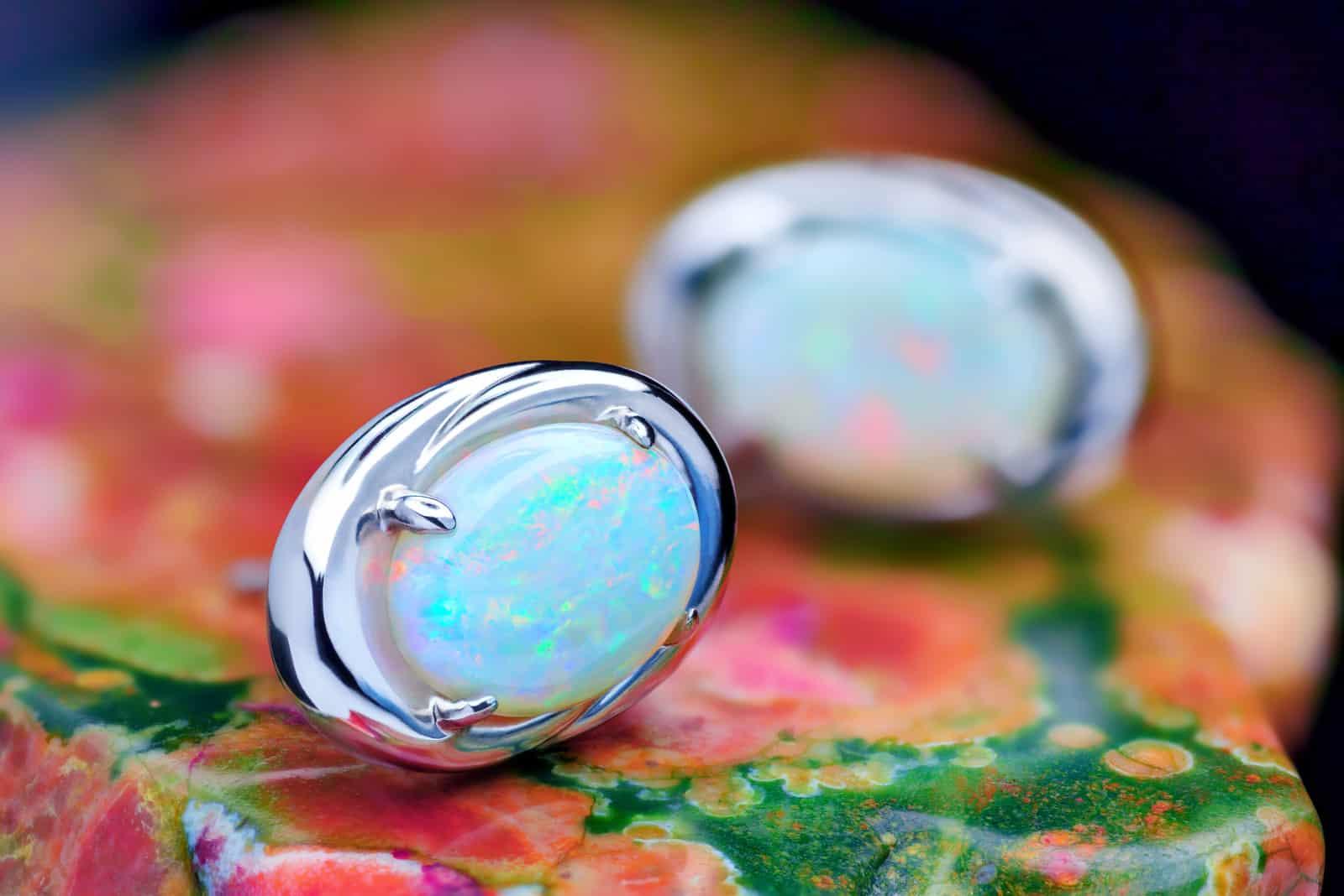 Silberohrringe mit weißer Opalstein-Nahaufnahme