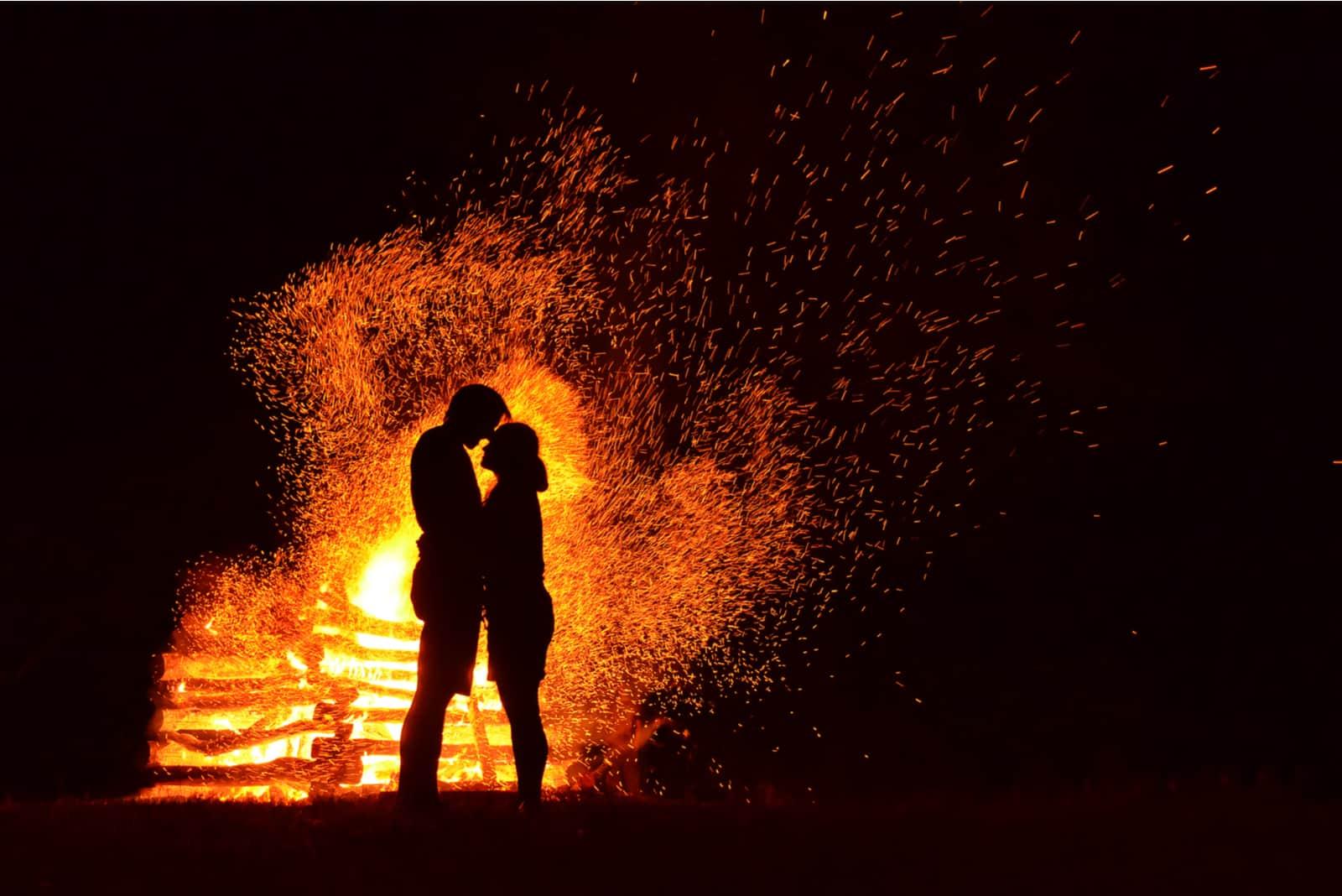 Silhouette des liebenden Paares im Feuerhintergrund