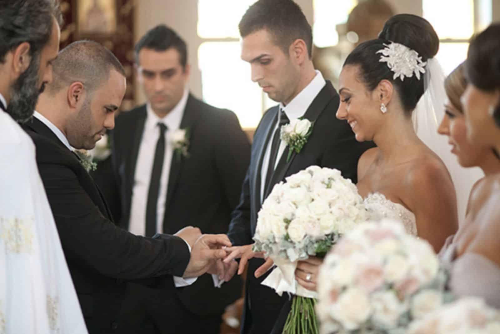 Trauzeuge gibt Jungvermählten Eheringe