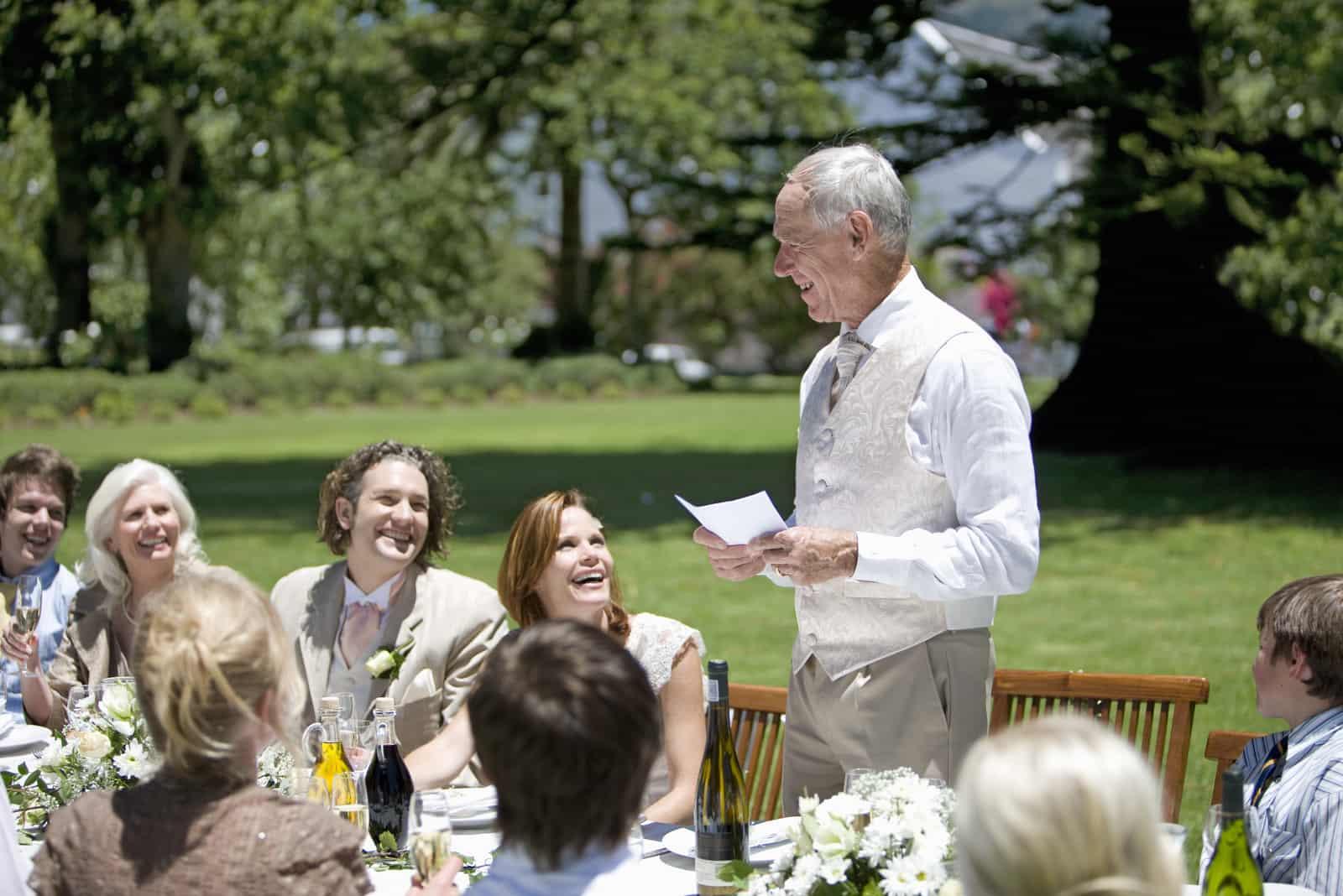 alter Mann, der eine Rede bei der Hochzeit hat