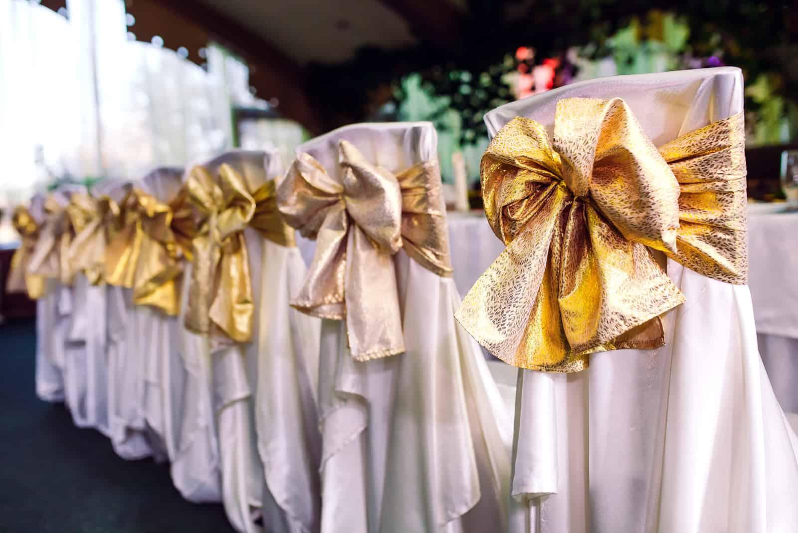 dekorierte Hochzeitsstühle mit Schleifen