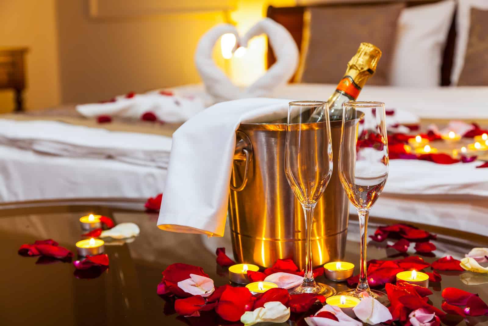 dekoriertes Zimmer für Jungvermählten
