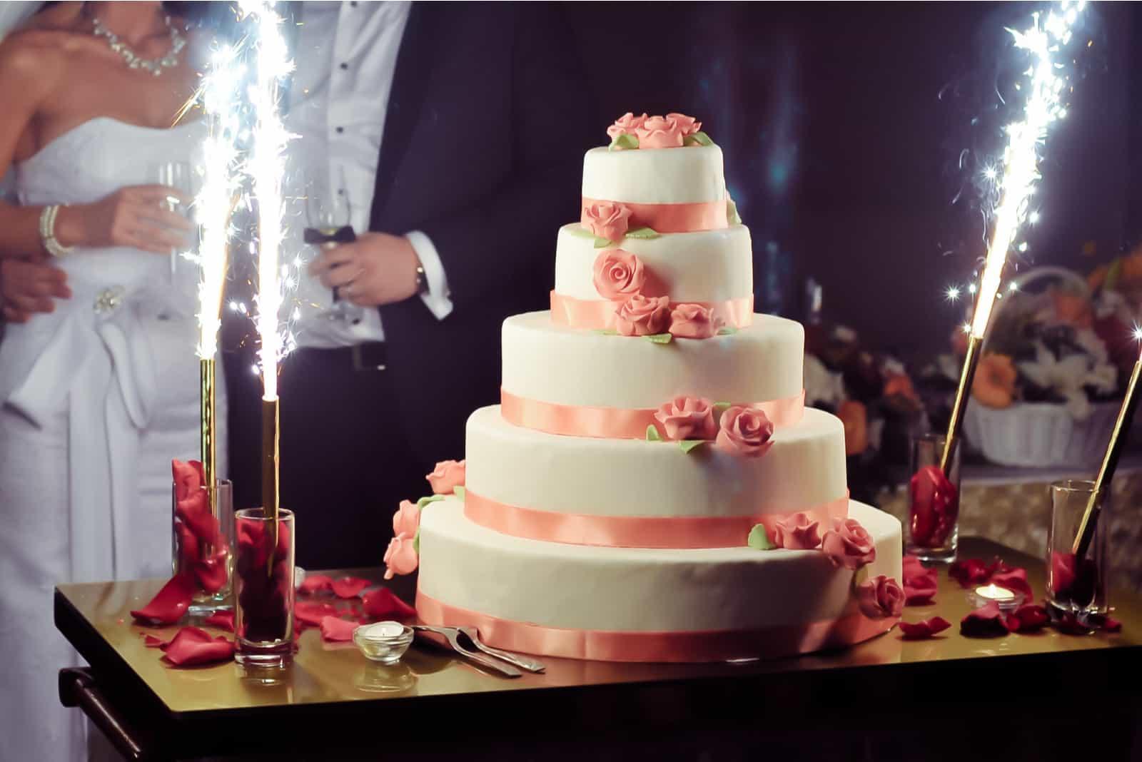 die Zeremonie des Schneidens der Hochzeitstorte bei der Hochzeit