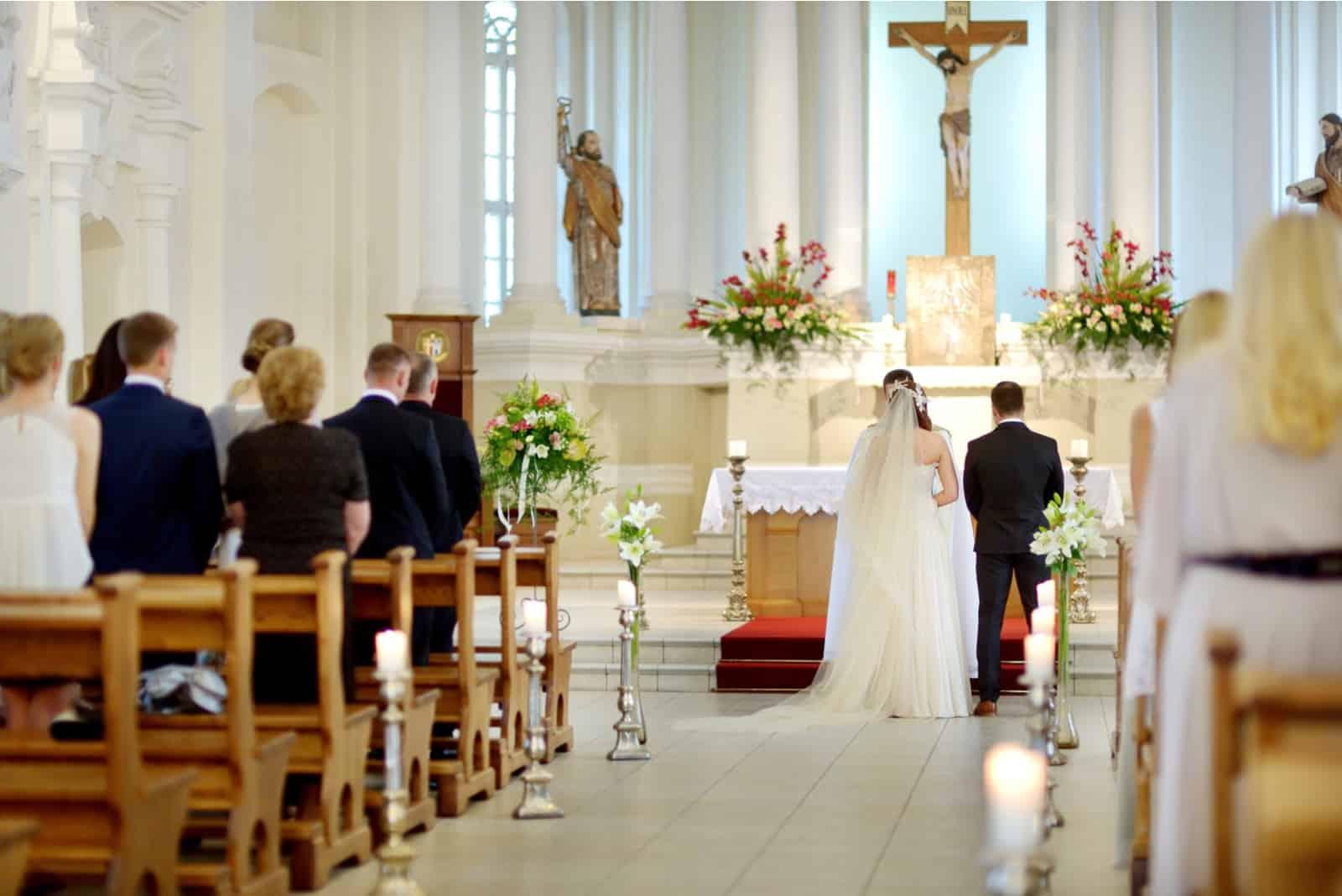 ein Mann und eine Frau bei einer kirchlichen Hochzeit
