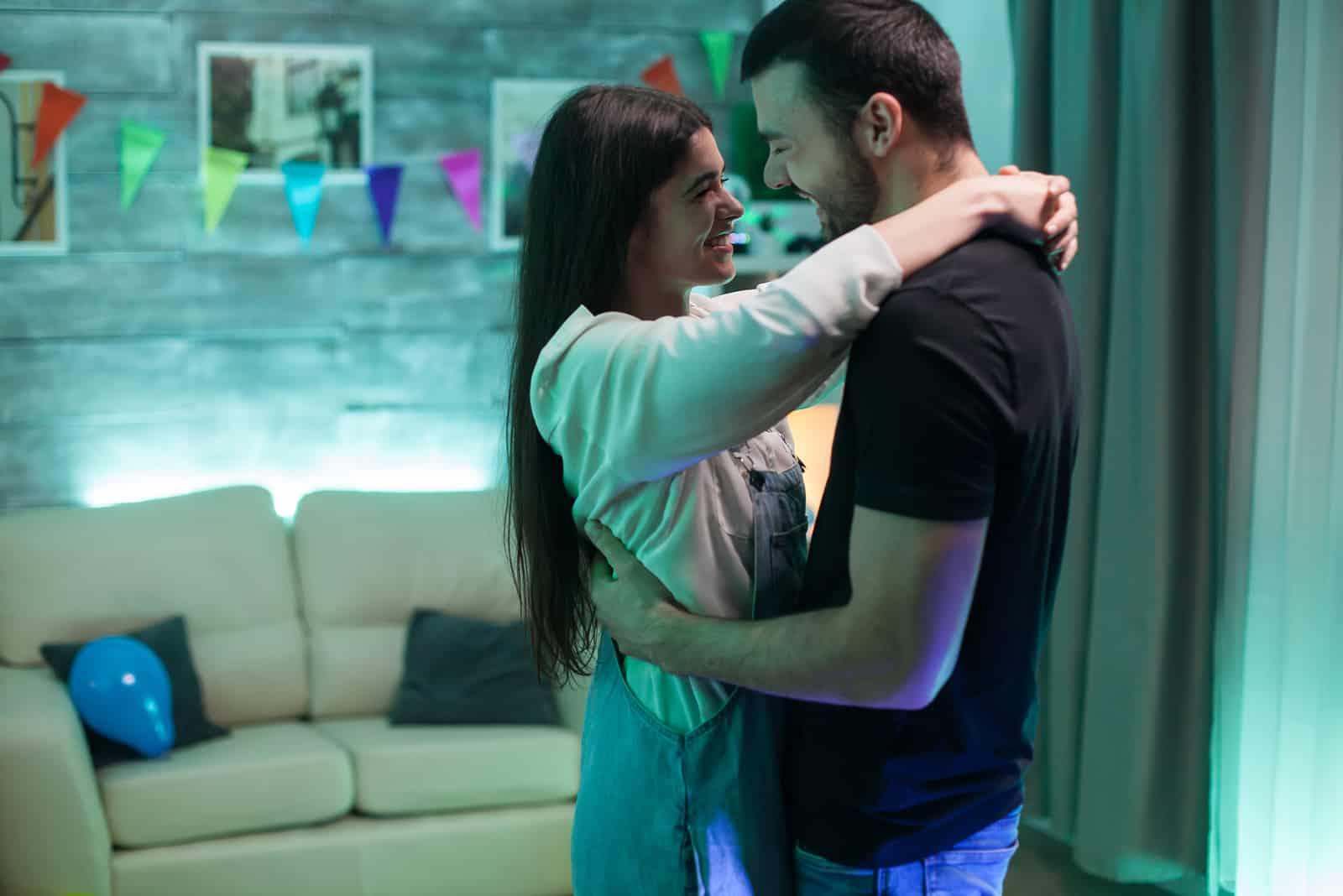 ein liebendes Paar tanzt im Haus