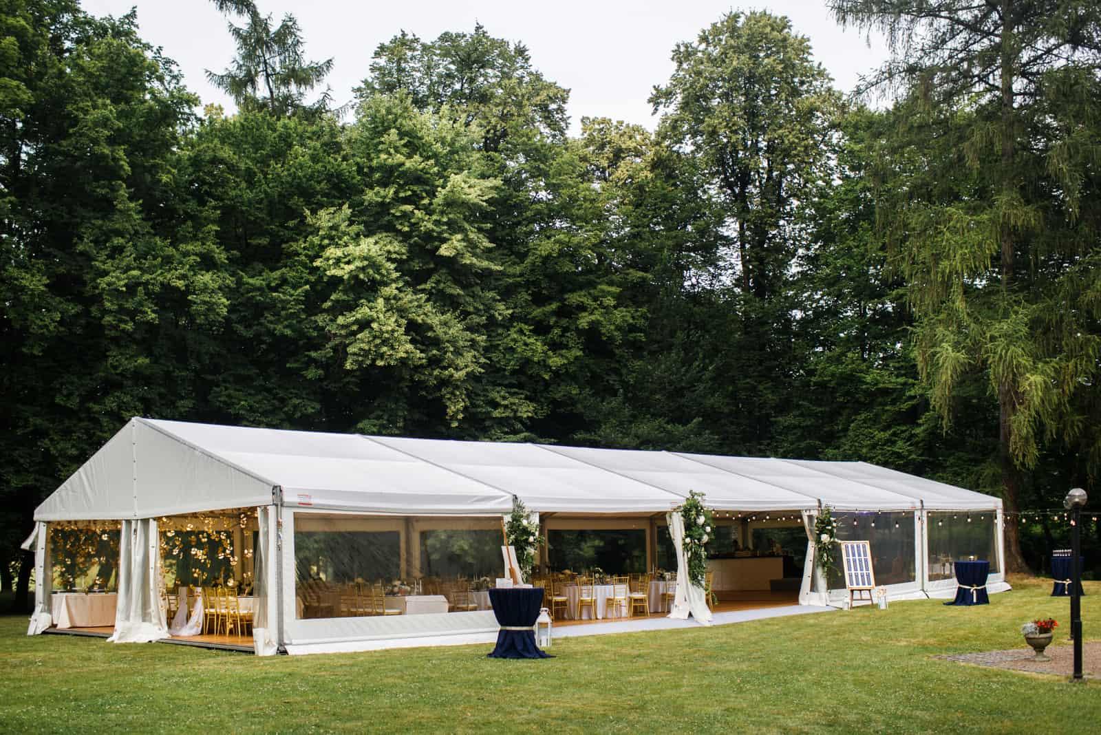 ein schönes Hochzeitszelt im Wald