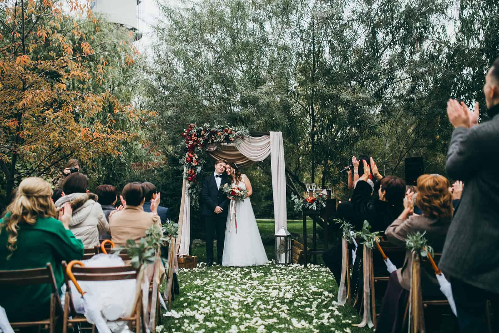eine Hochzeitszeremonie im Wald