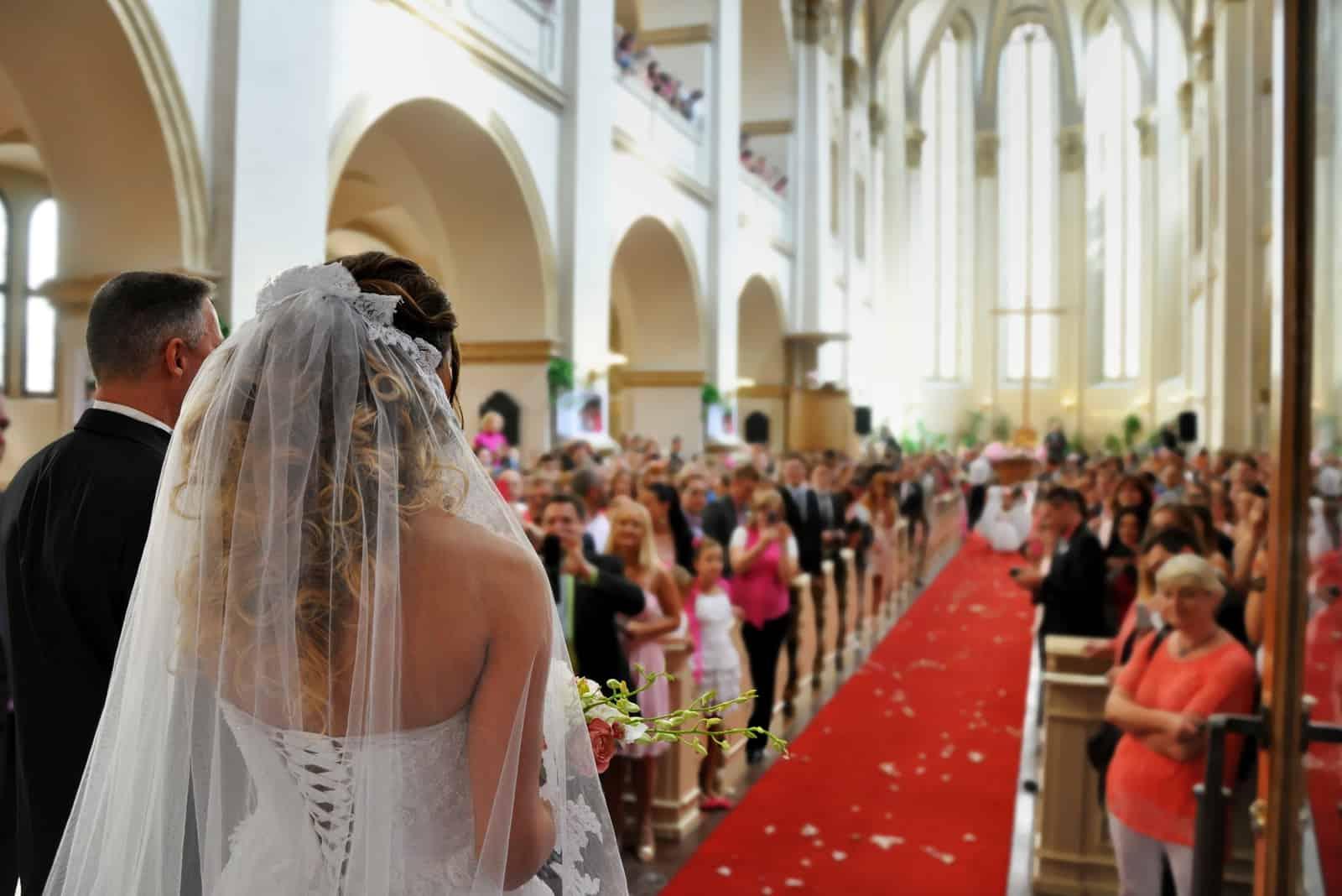 eine schöne Hochzeit in einer großen Kirche