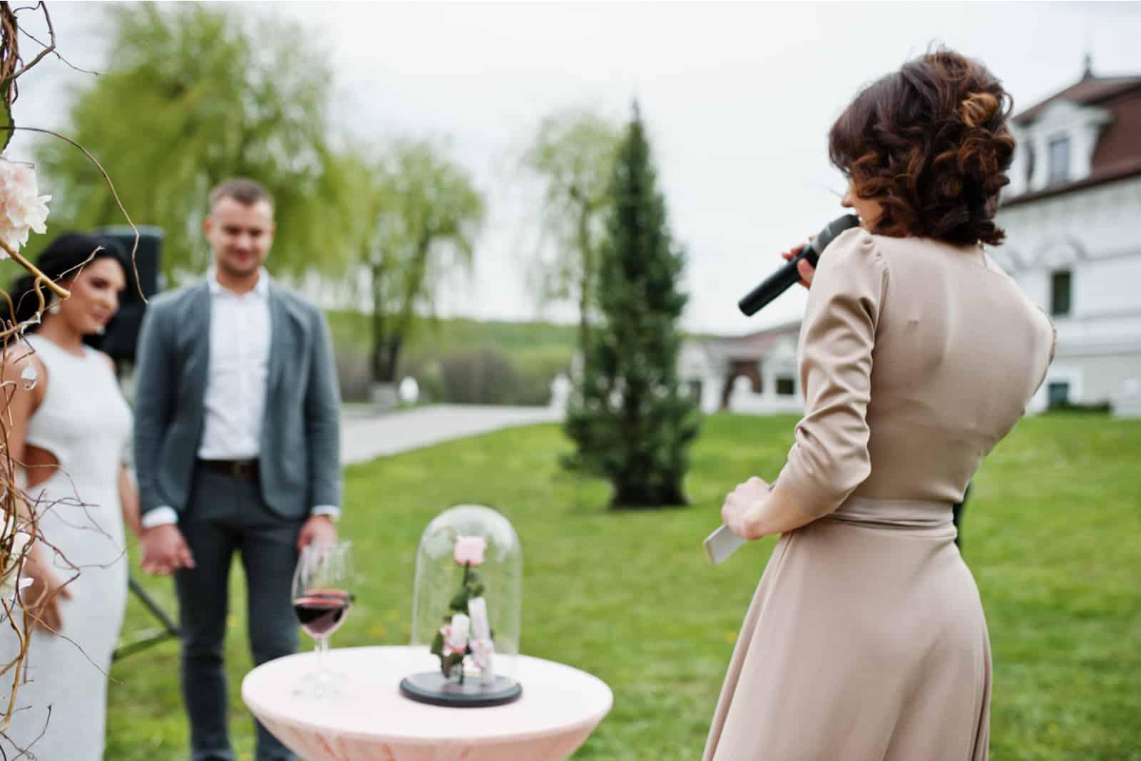 modisches reizendes Paar mit Sprachmeister der Hochzeitszeremonie