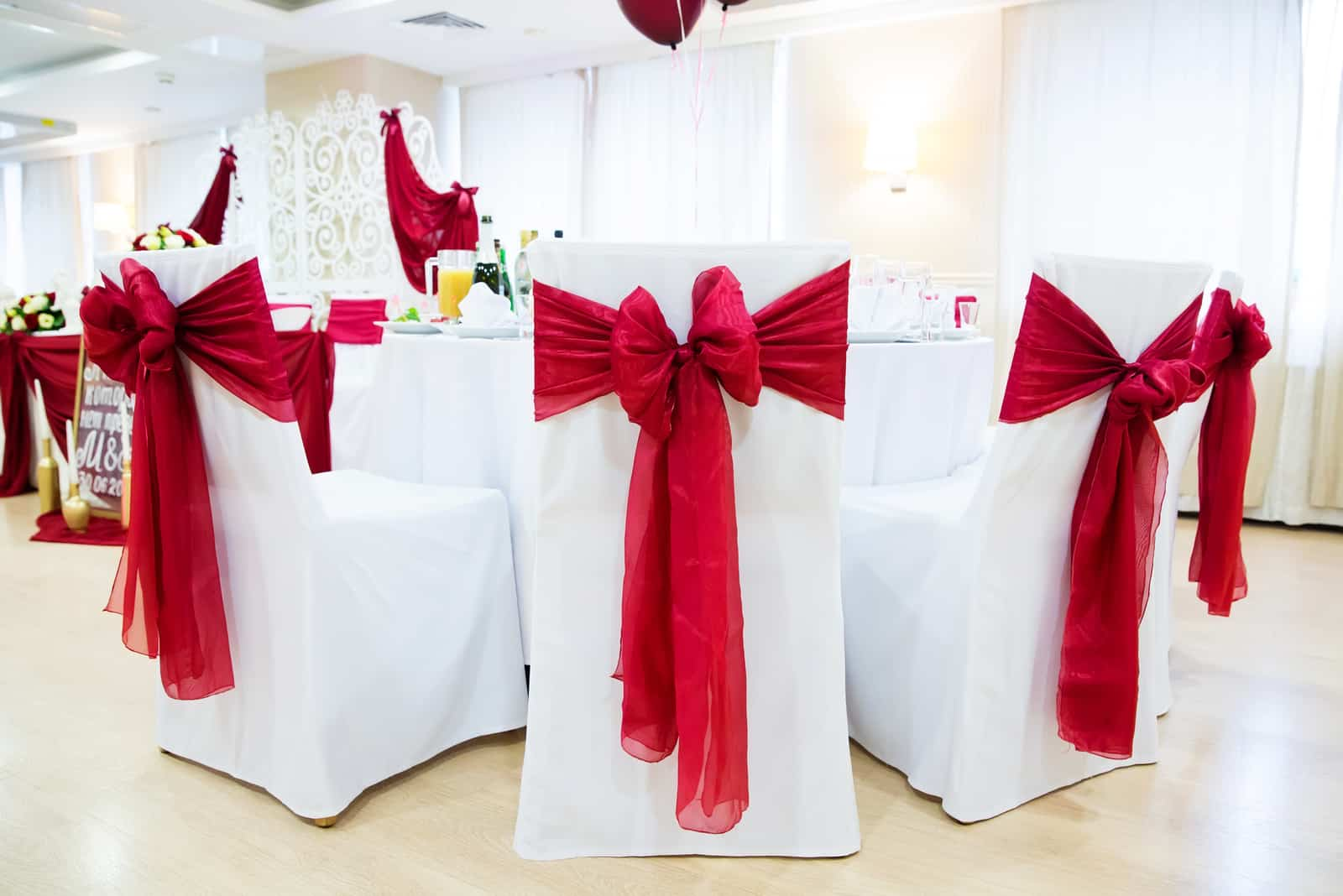 rote und weiße Tischdekoration und Hochzeitsstuhl