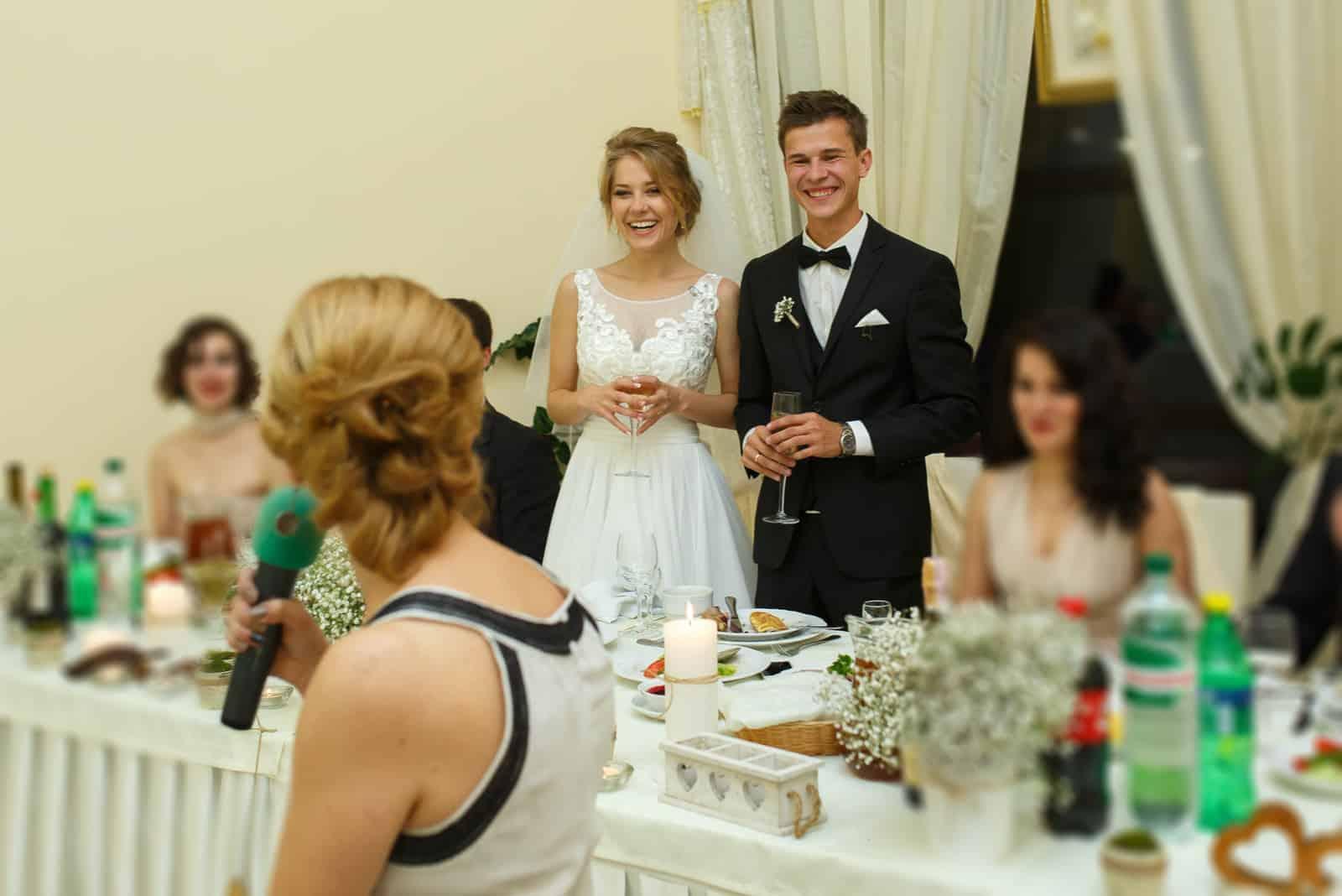 stilvolle glamouröse Hochzeitsfeier des glücklichen schönen jungen Paares