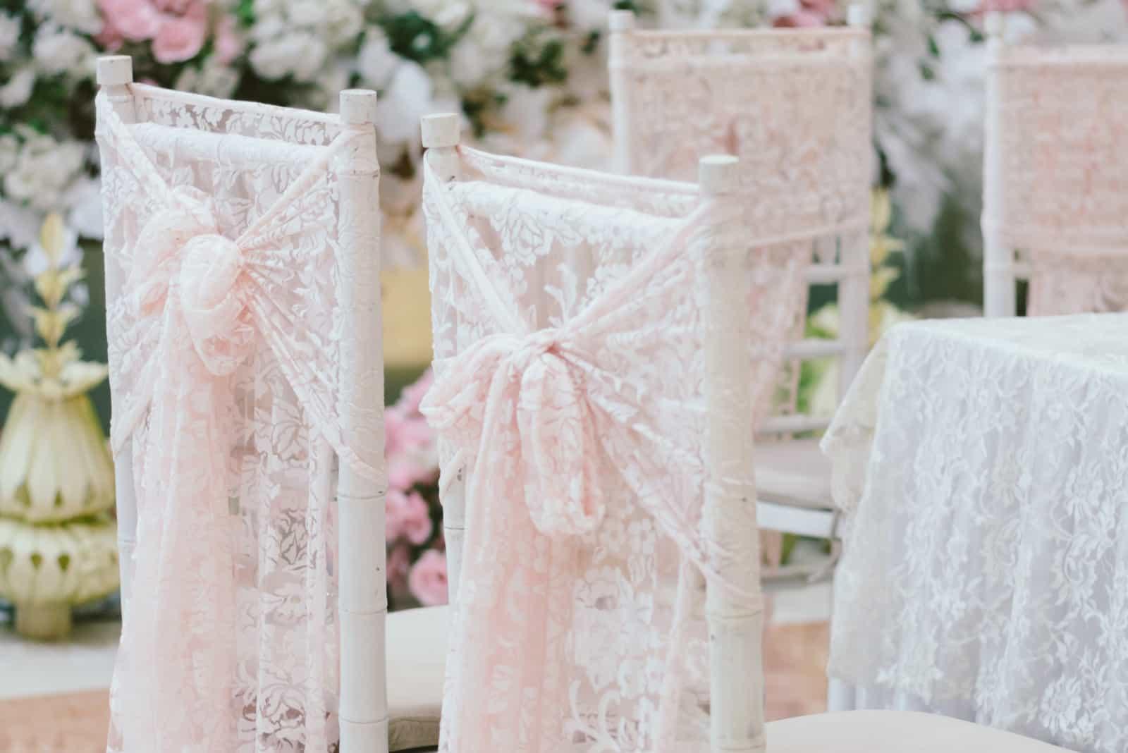 weiß rosa dekorierte Hochzeitsstühle