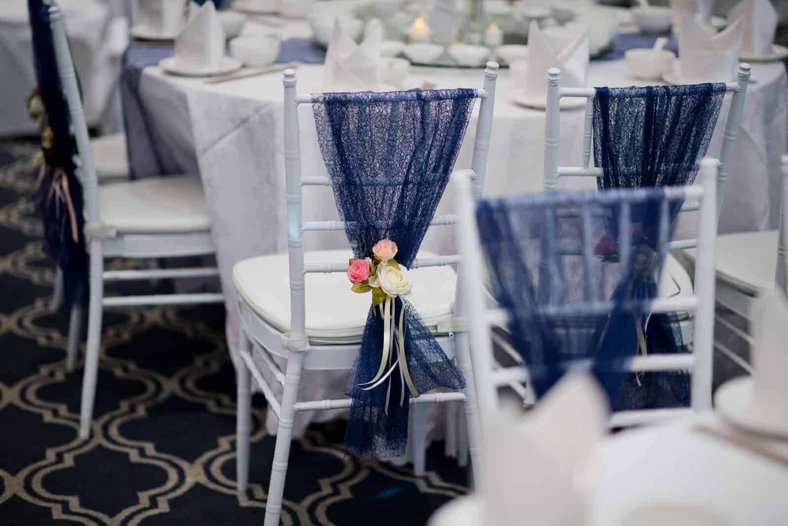 weiße Hochzeitsstühle mit Blumen verziert