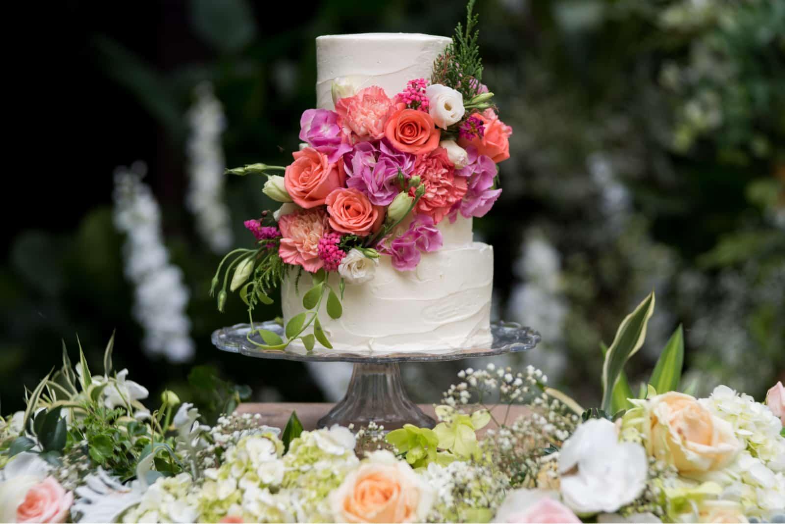 weiße Hochzeitstorte mit Blumendekoration