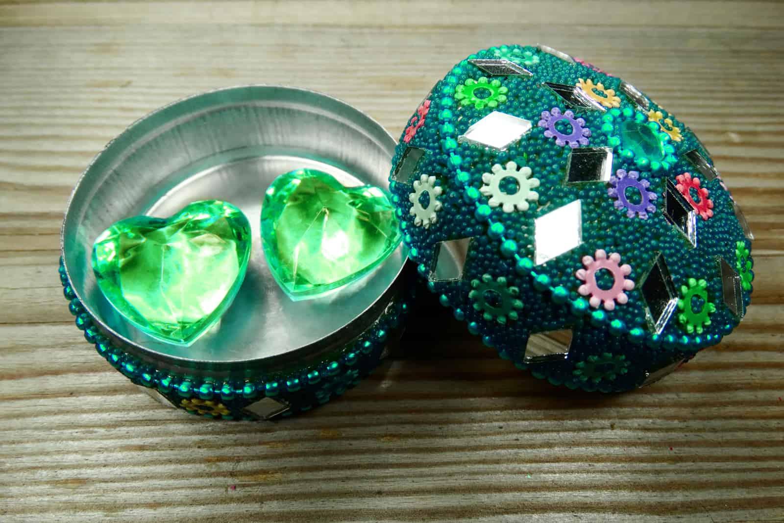 zwei Edelsteinherzen lieben Konzept und Geschenkbox des orientalischen Stils auf hölzernem Hintergrund