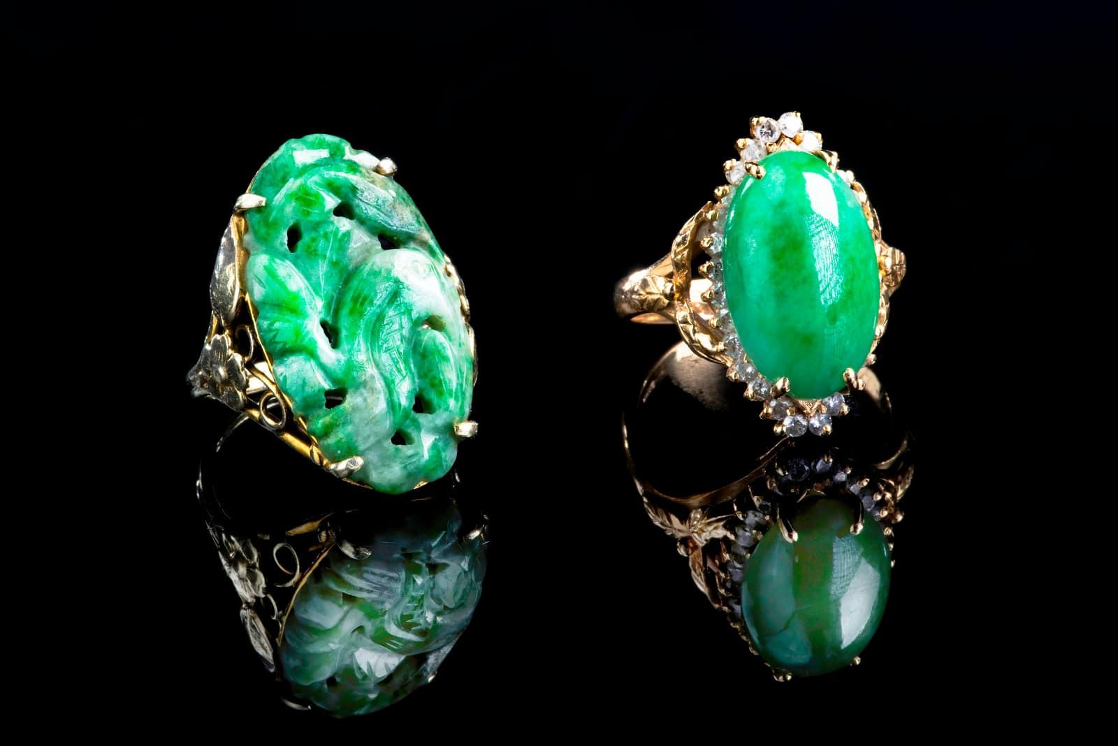 zwei Eheringe mit Jadesteinen