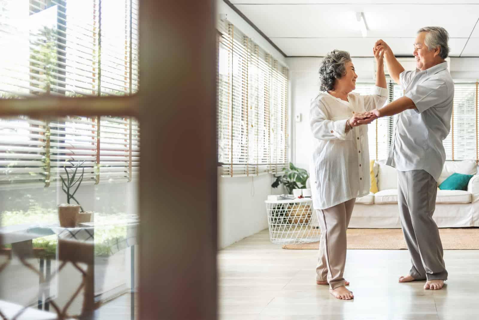 Älteres Paar, das zu Hause tanzt