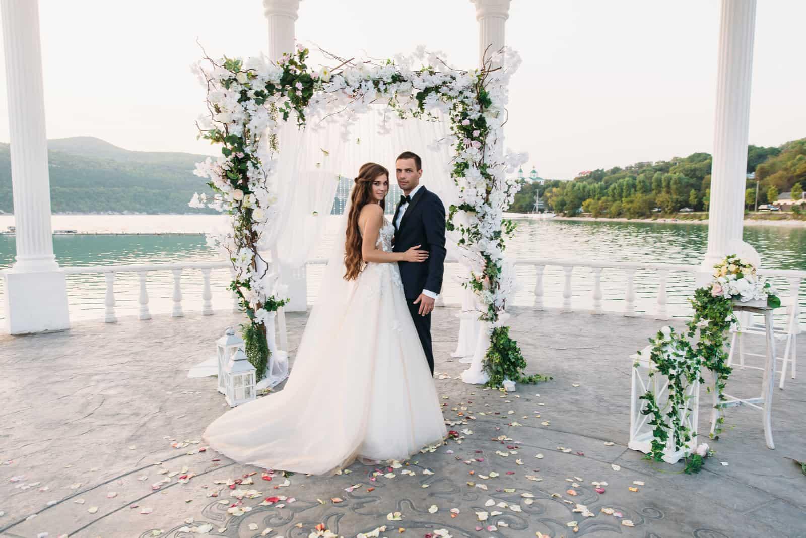 Attraktiver Bräutigam und Braut bei der Hochzeitszeremonie
