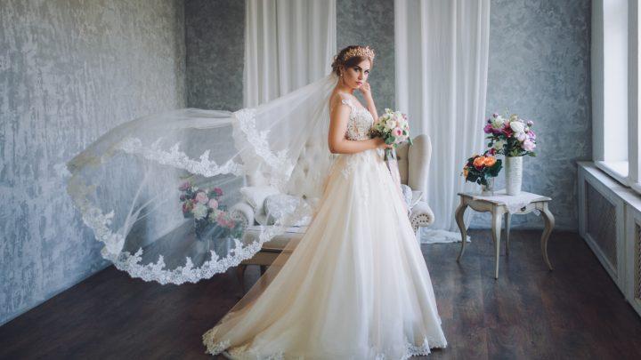Schöne Braut im Hochzeitskleid mit Spitze