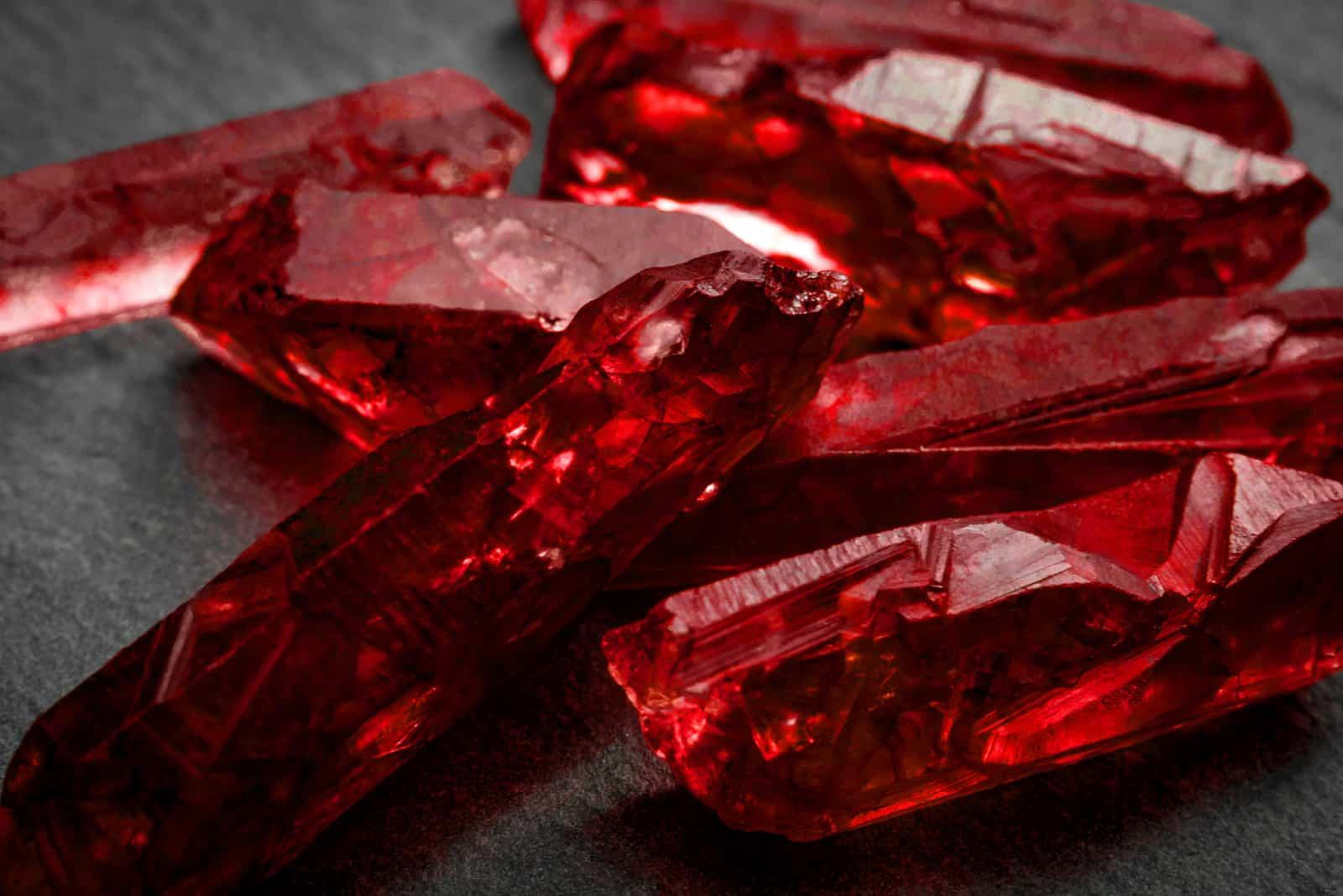 Bündel roter rauer ungeschnittener Rubinkristalle