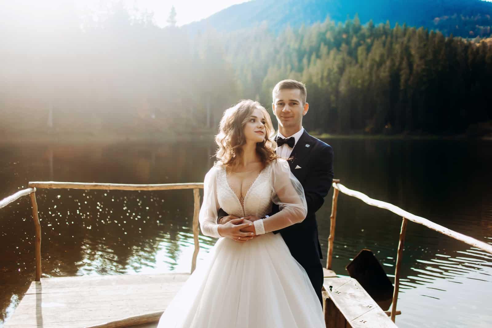 Das Brautpaar in der Nähe des Sees in den Bergen