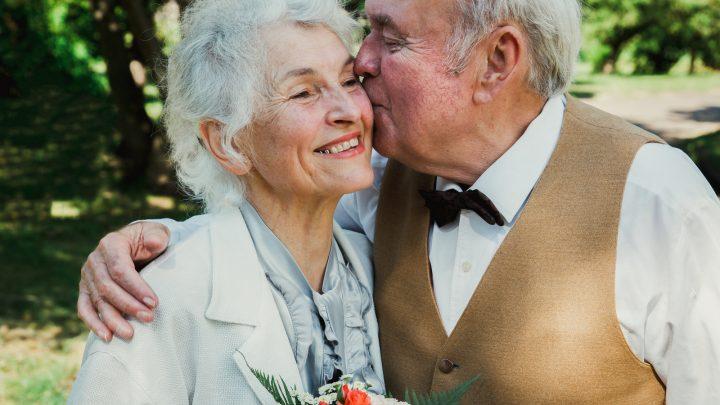 Altes älteres Ehepaar geht in den grünen Park