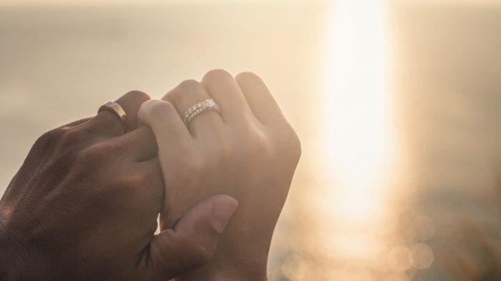 Hochzeitspaar Händchenhalten auf Meer Sonnenuntergang Hintergrund