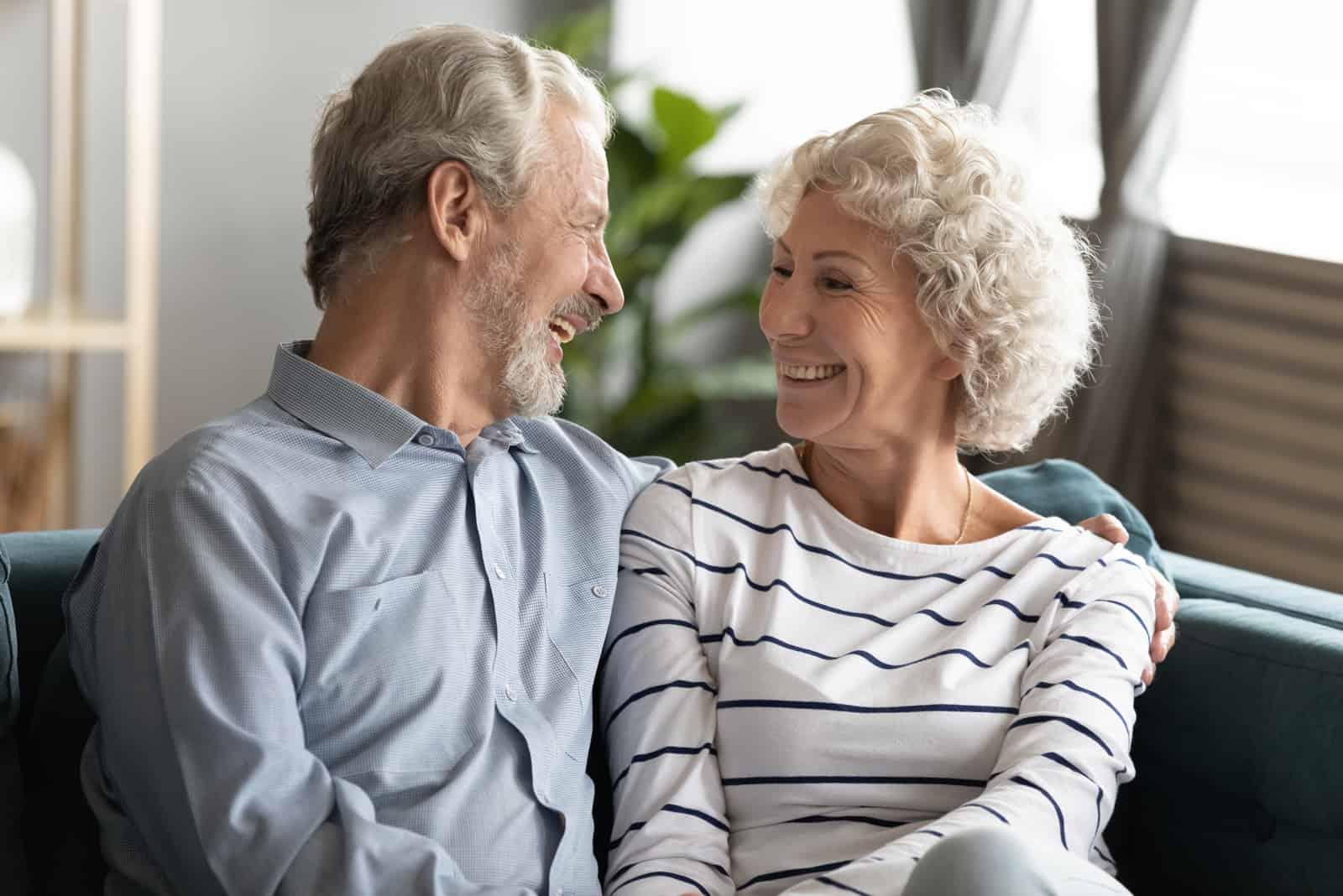 Ein älteres lächelndes Paar sitzt und redet