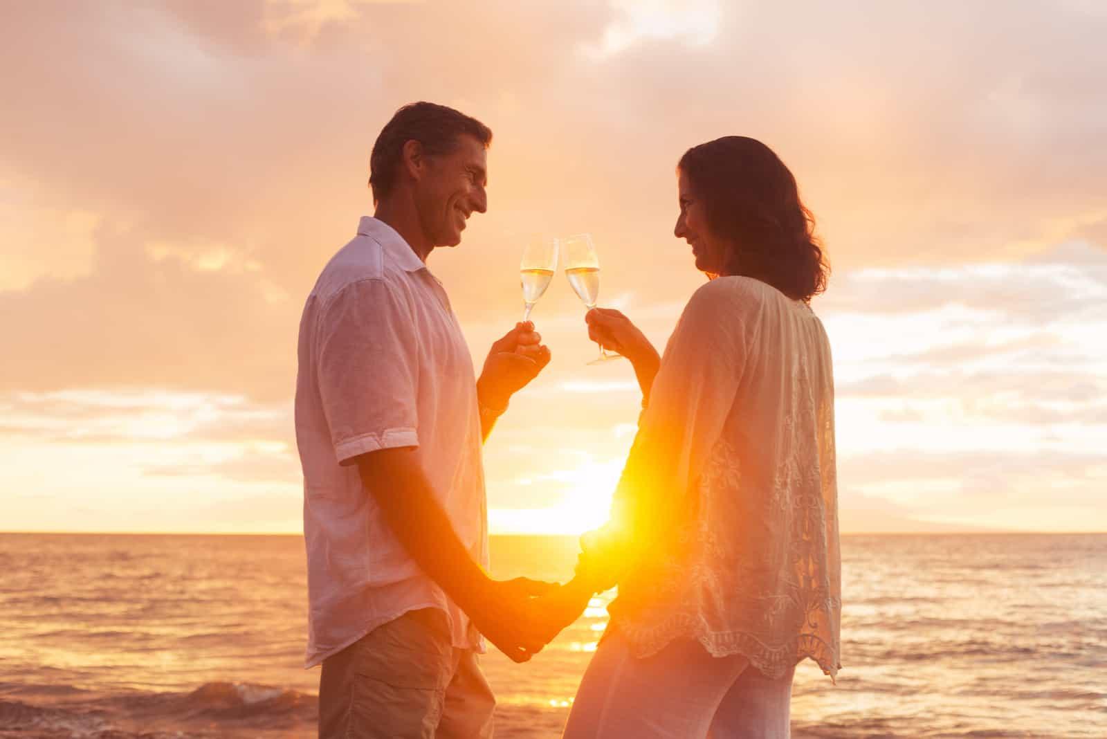 Glückliches romantisches Paar, das Glas Champagner genießt