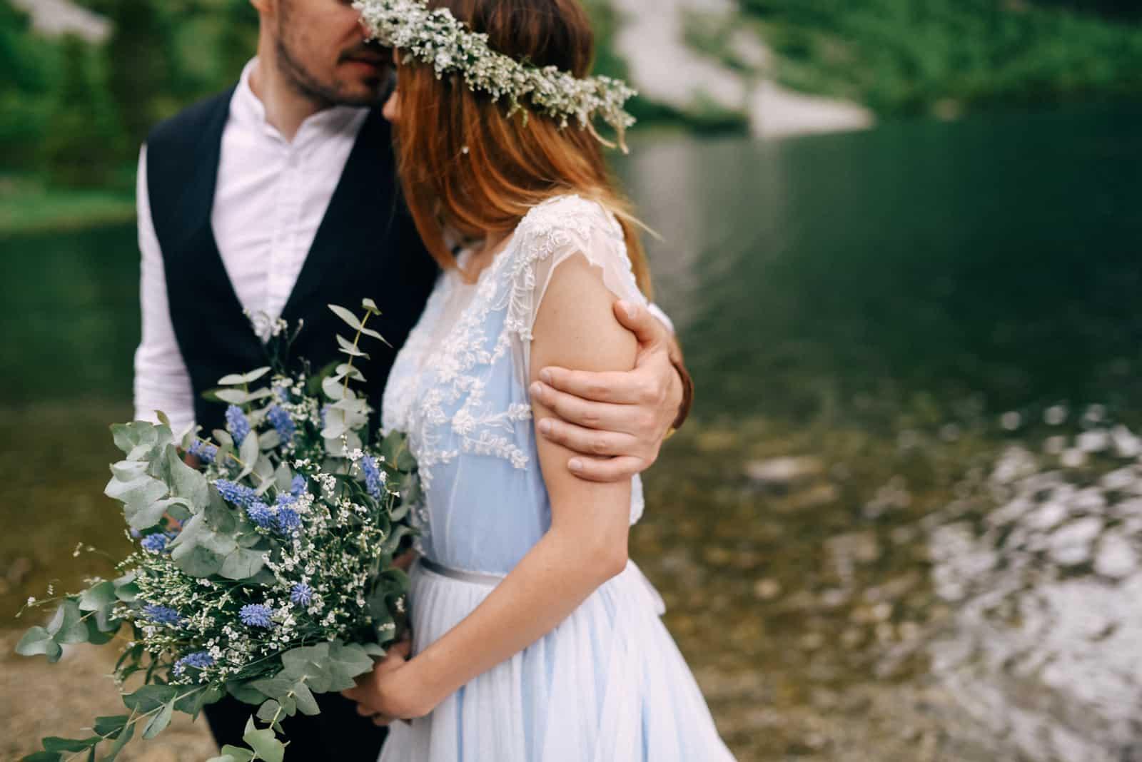 Hand des Bräutigams auf dem Arm der Braut