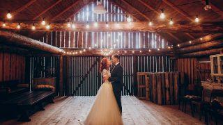 stilvoller Bräutigam und glückliche Braut, die umarmt