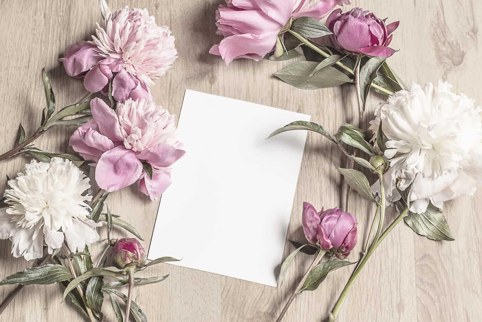 Karte und Blumen