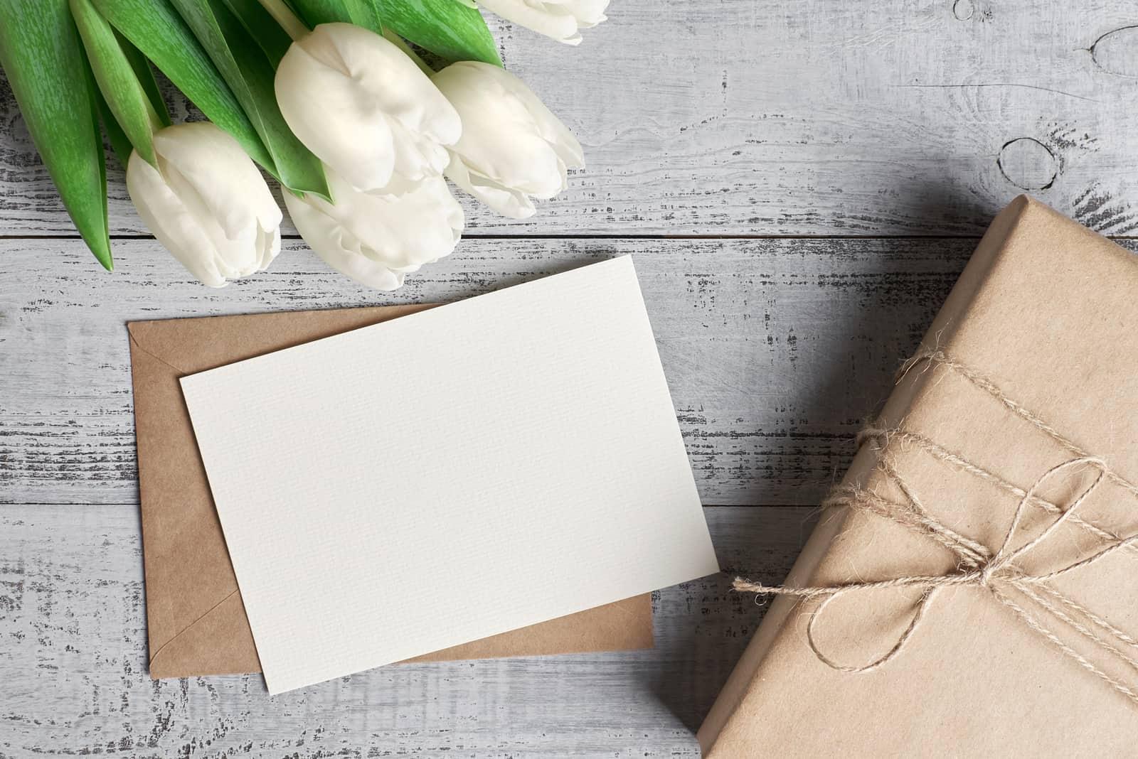 Leere Grußkarte mit Geschenkbox