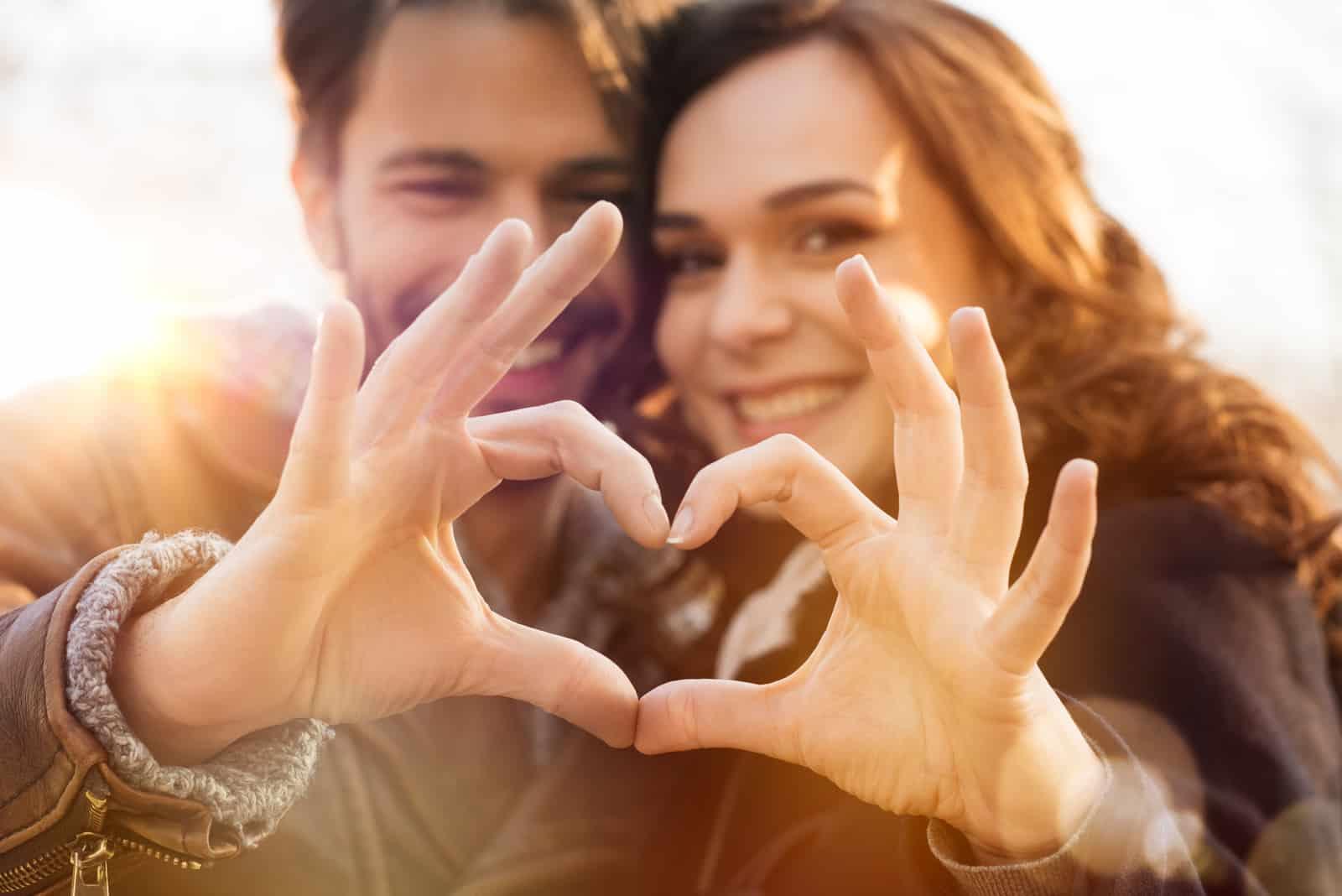 Paar macht Herzform mit den Händen