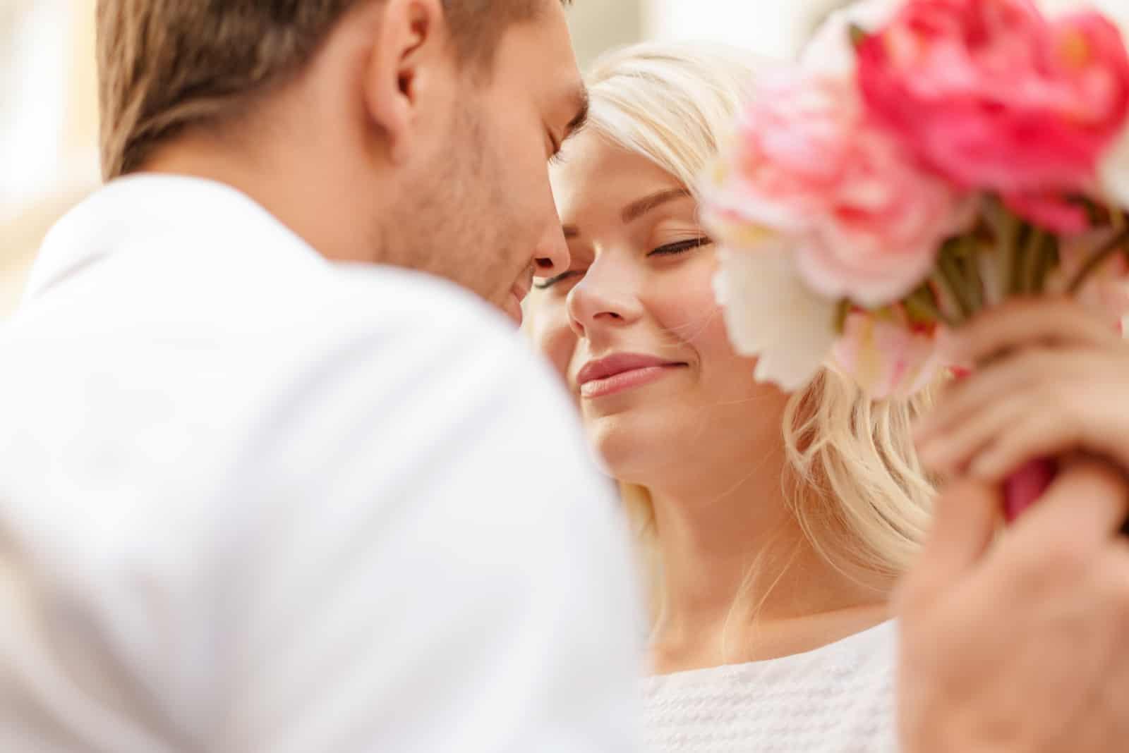 Paar mit Blumenstrauß in der Stadt