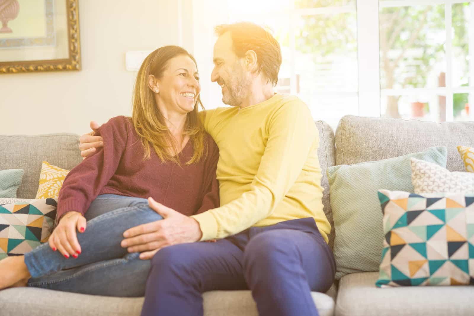 Romantisches Paar des Mittelalters, das zu Hause auf dem Sofa sitzt