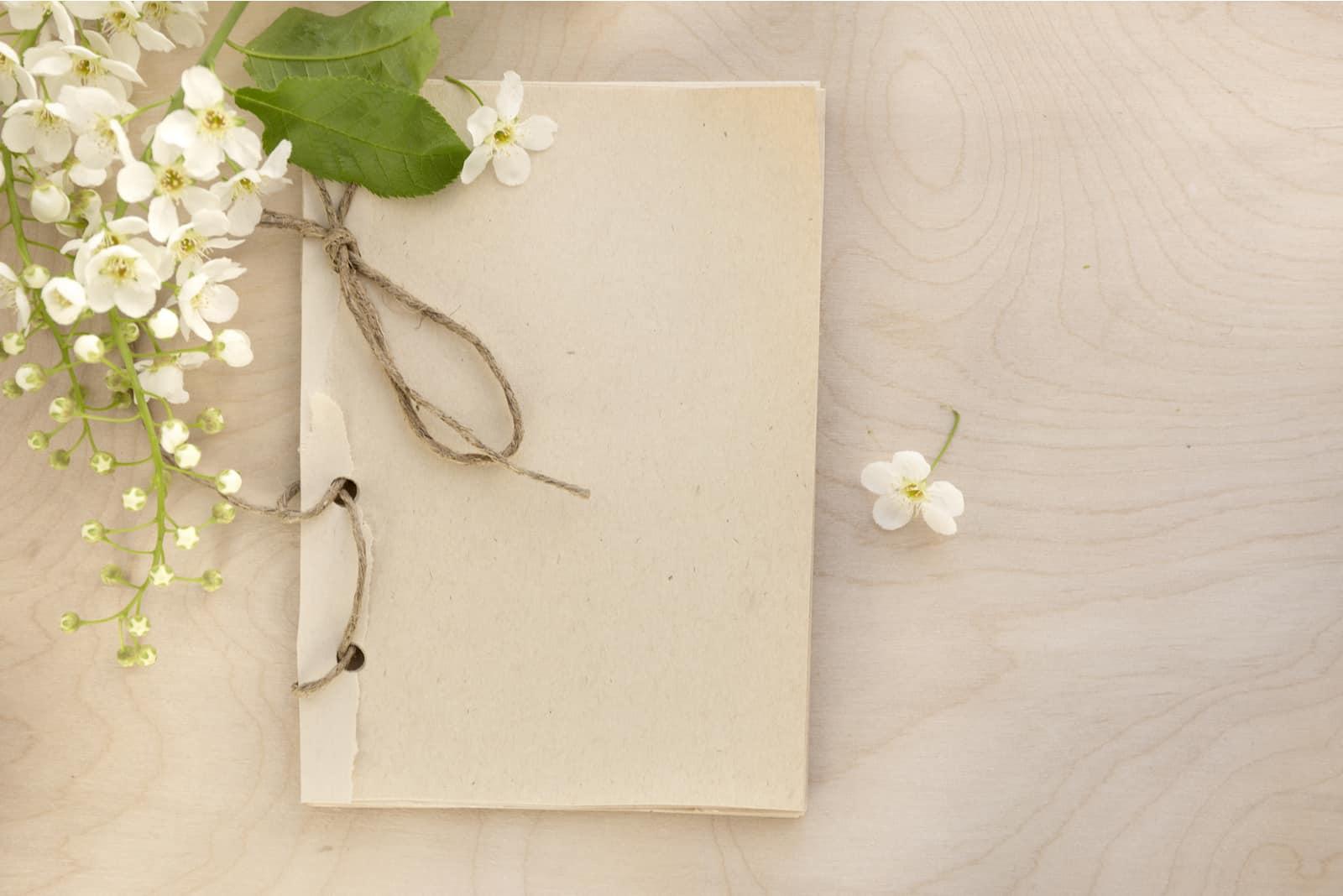 Skizzenbuch mit weißer Vogelkirsche öffnen