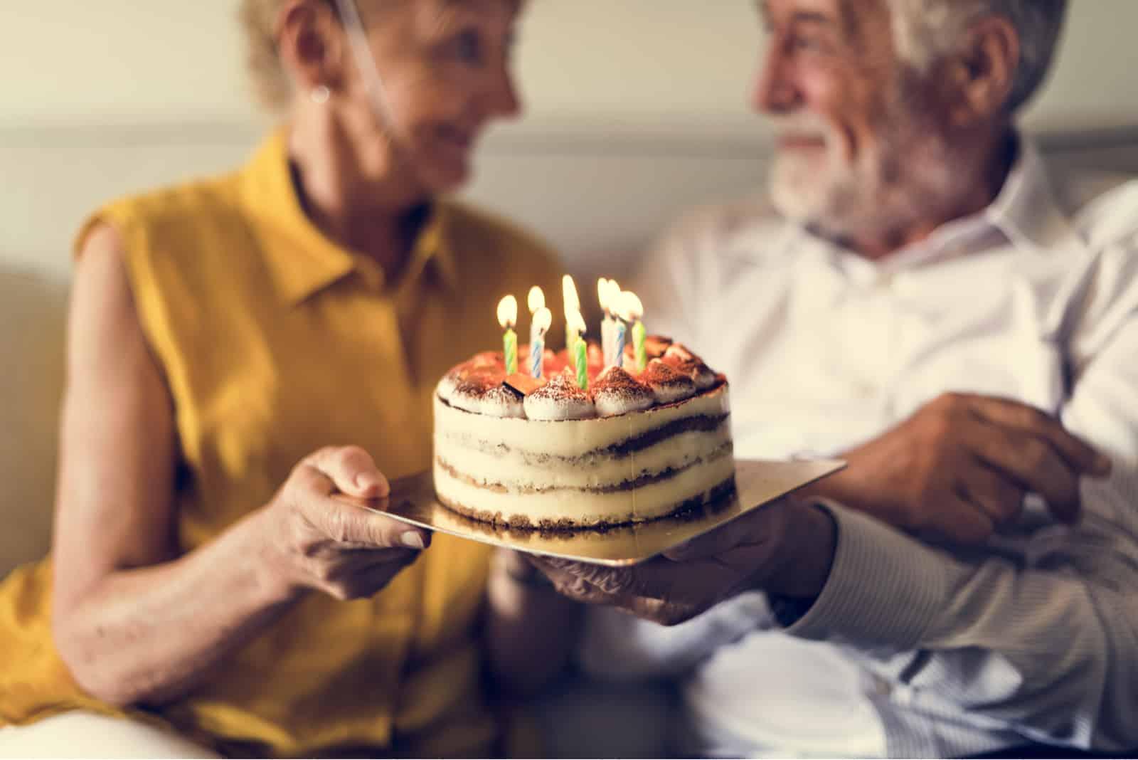 älteres Paar feiert