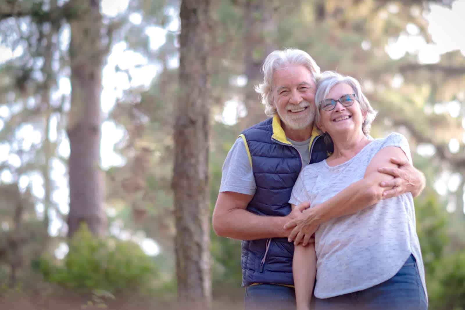 älteres hübsches Paar draußen in einem grünen Wald