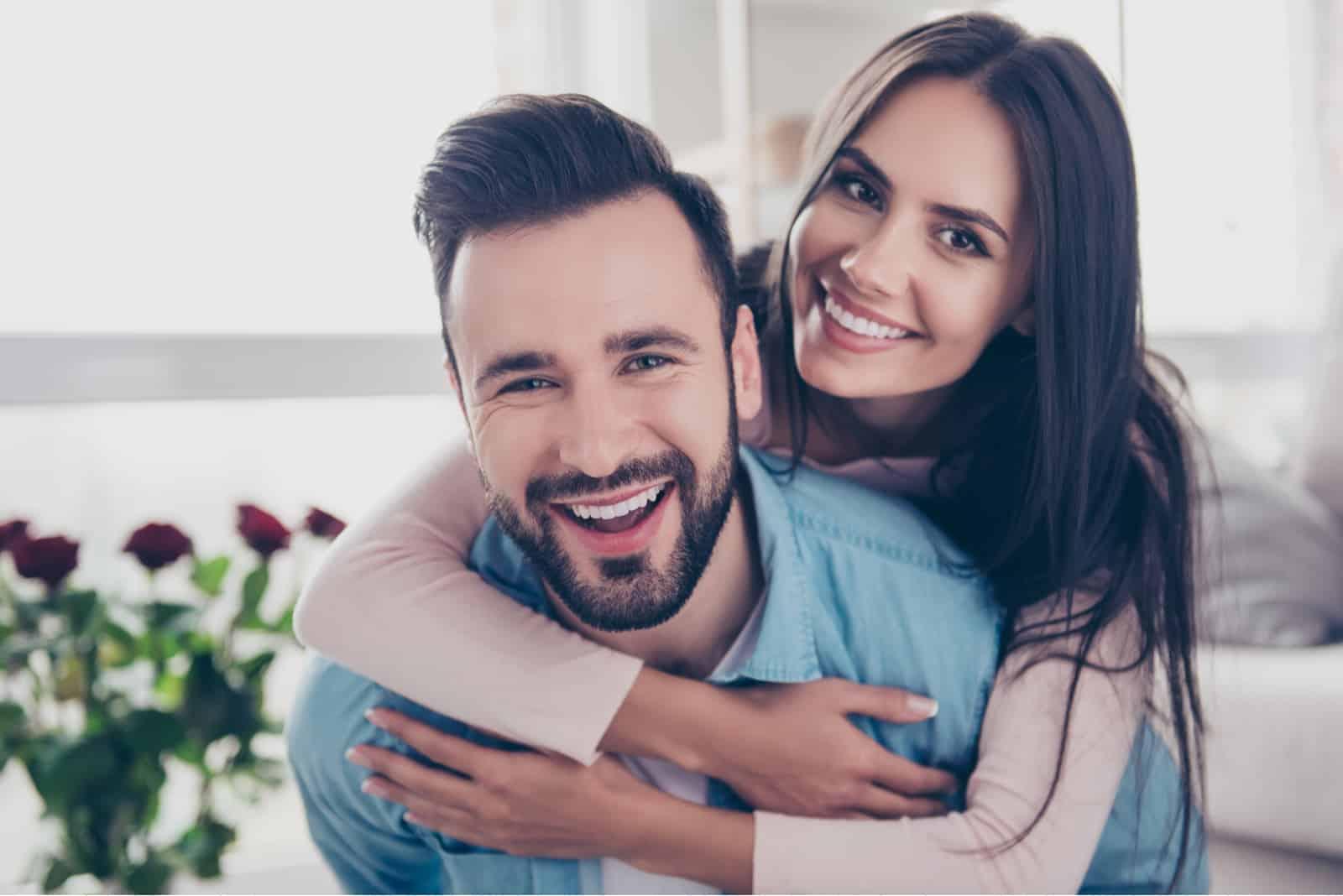 attraktive Frau und mit stilvollem Mann