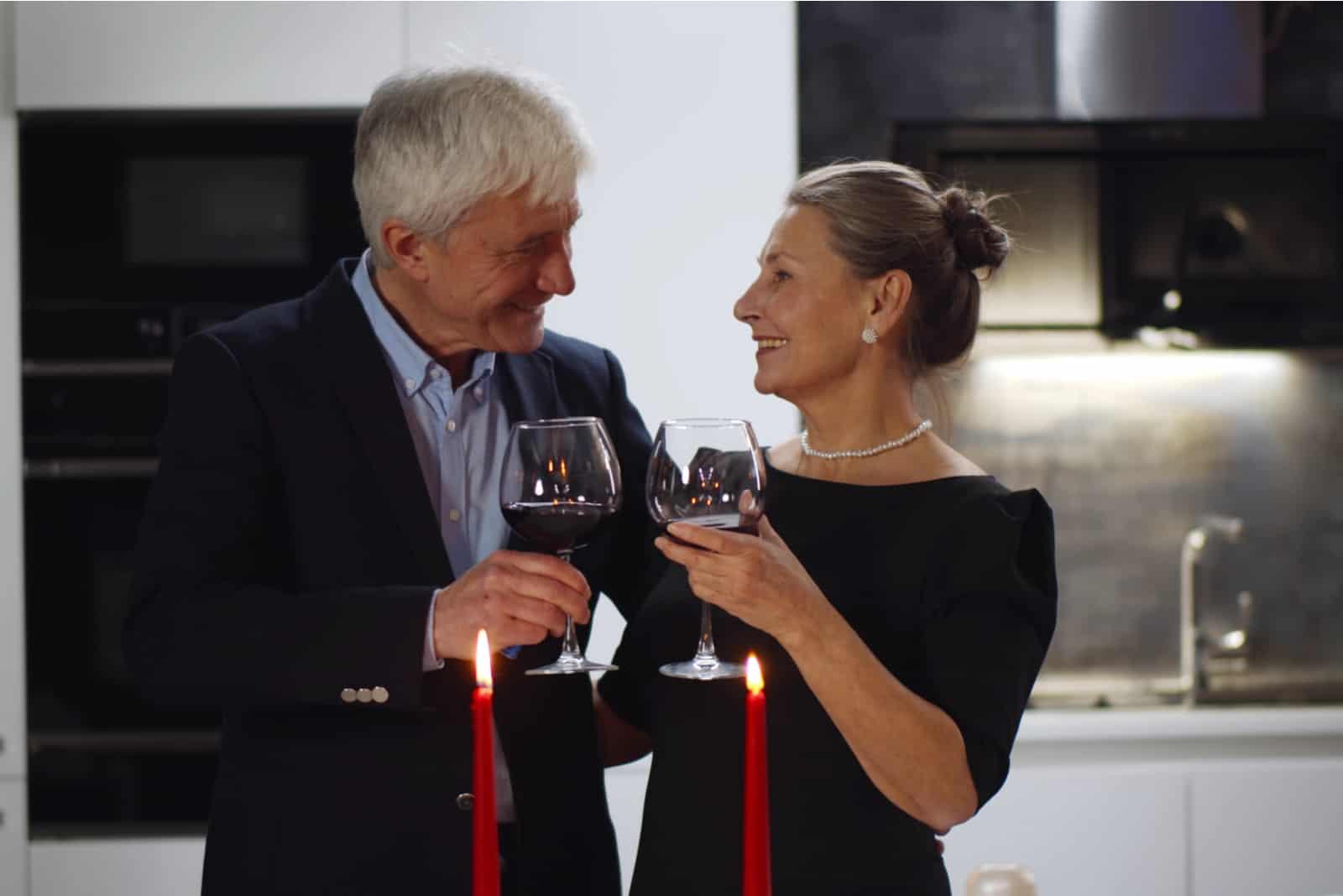 ein älteres Ehepaar bei einem romantischen Abendessen
