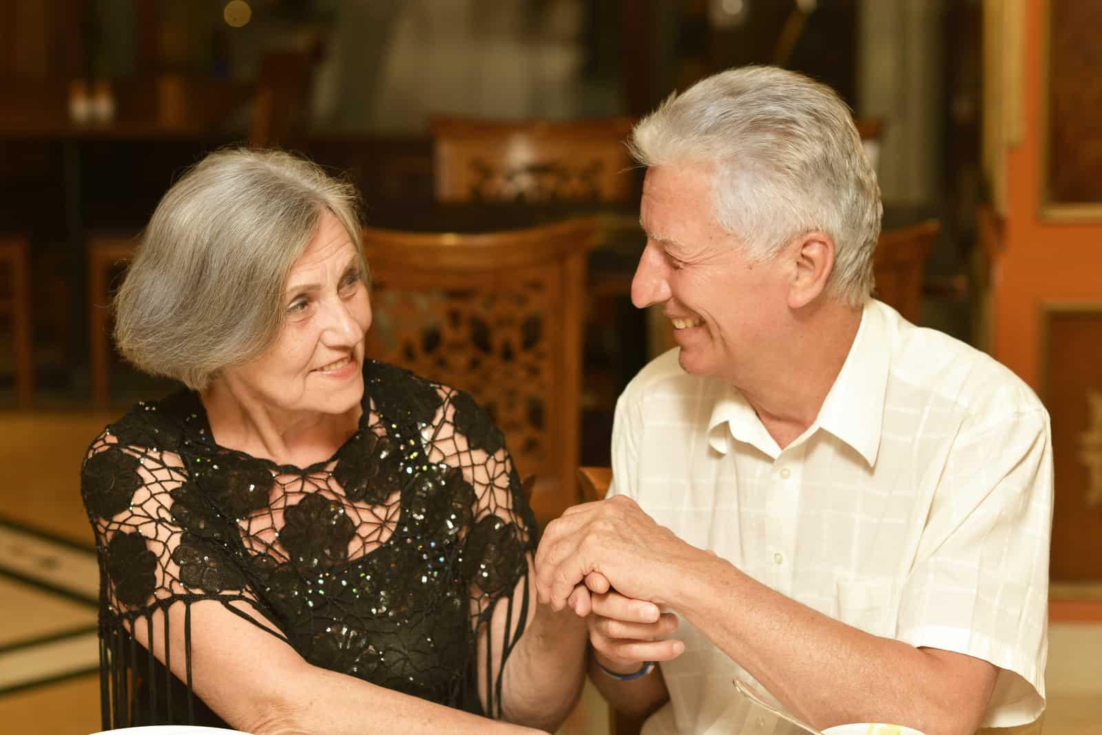 ein älteres Ehepaar, das in einem Restaurant zu Abend isst